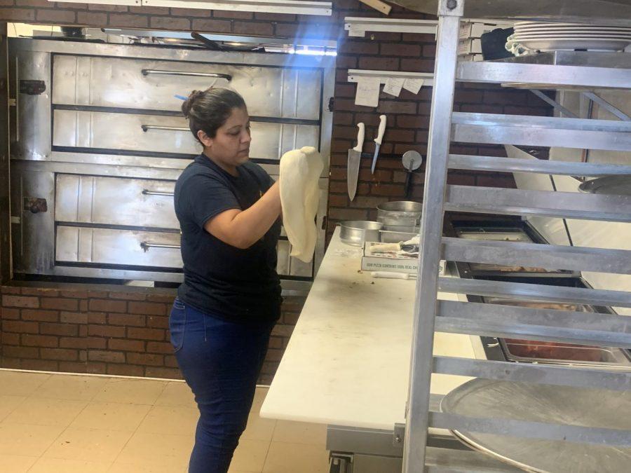 Miguel+Gutierrez%2FISLAND+WAVES+-+New+York+Pizza+Co.+employee+preps+dough+for+pizza.